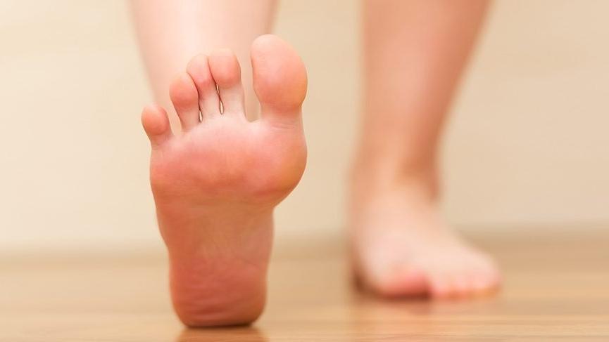 ayak şişmesi nedenleri, ayak neden şişer, ayak şişmesine neler etki eder